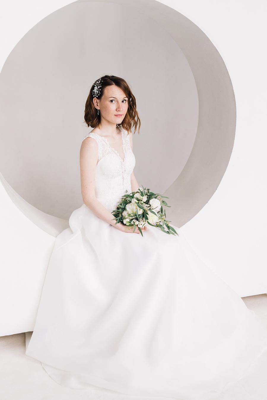 свадебная фотосессия в белой фотостудии