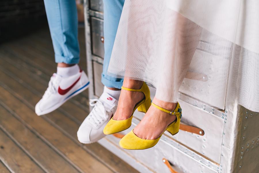 невеста в жёлтых туфлях